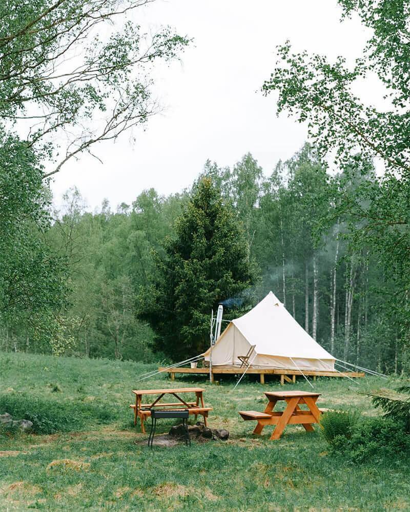 tente coton sibley 500 pro et terrasse en bois dans la nature