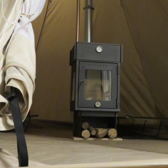 grand poêle de camp pour tente Orland et son son four Orland dans une Sibley