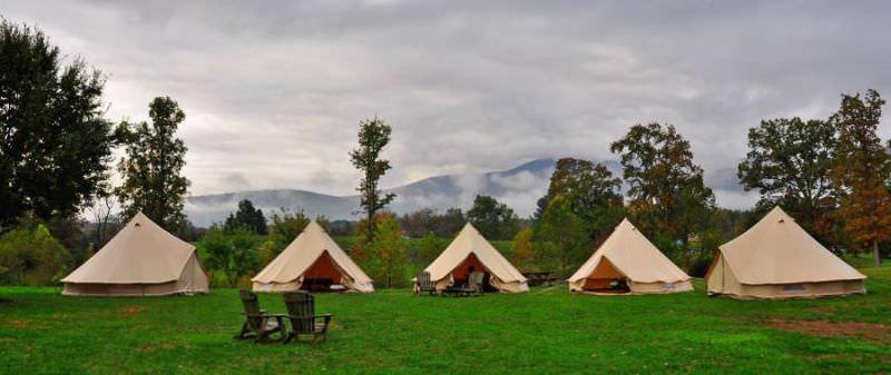 Campement en plein air avec cinq Sibley (Bell) 400