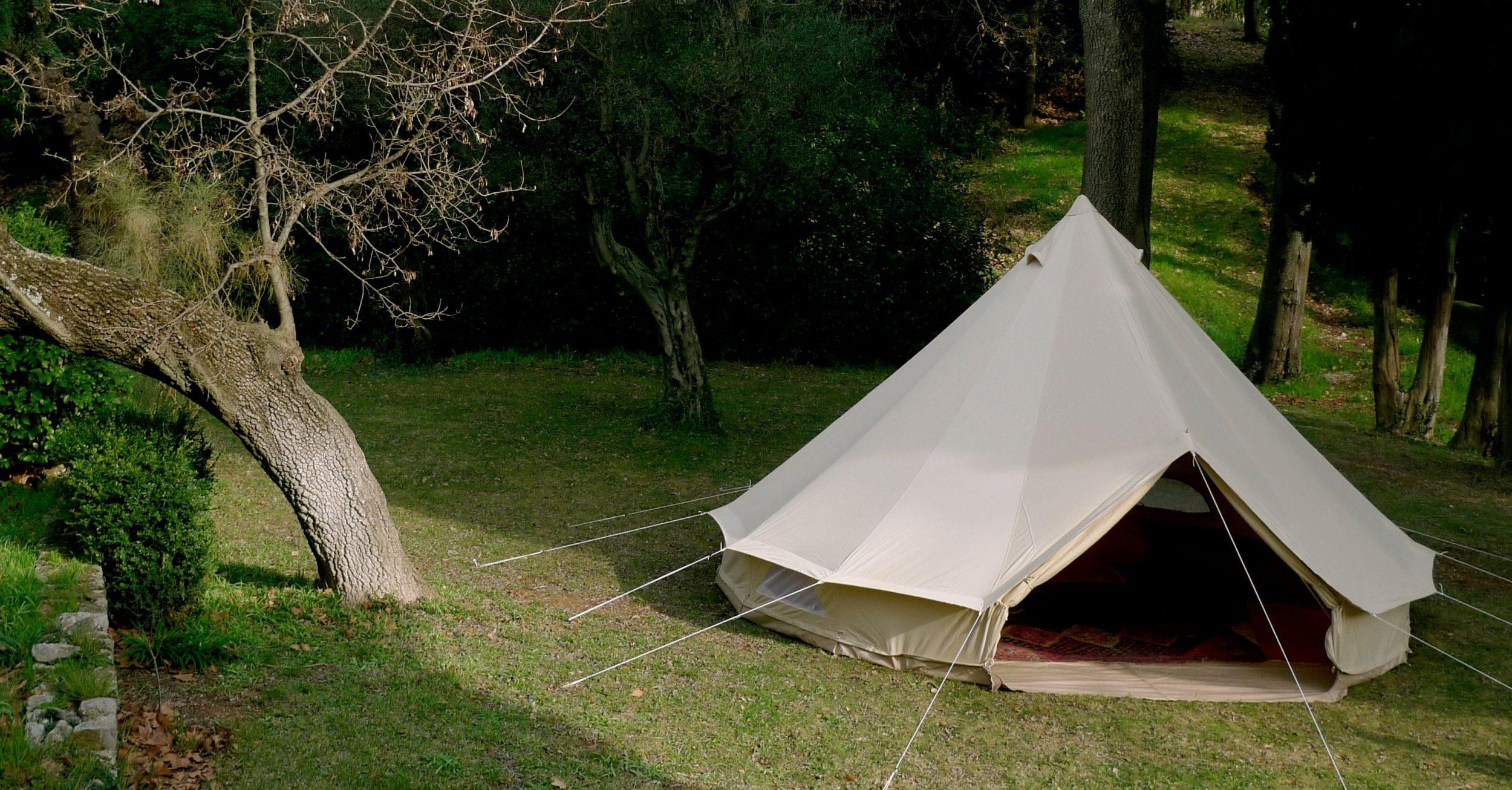 La magnifique tente Sibley 500 dans un jardin