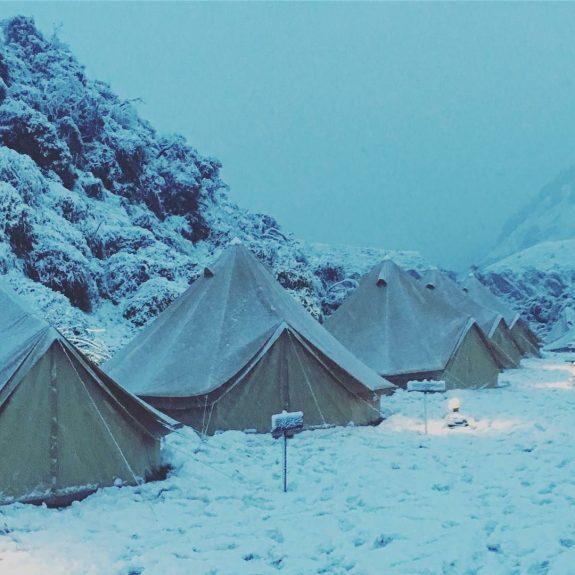 double-toit sur bell tente sous la neige